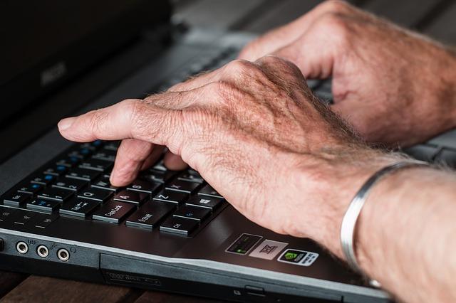 Les Silver Surfeurs: ces seniorsà la conquête d'internet.