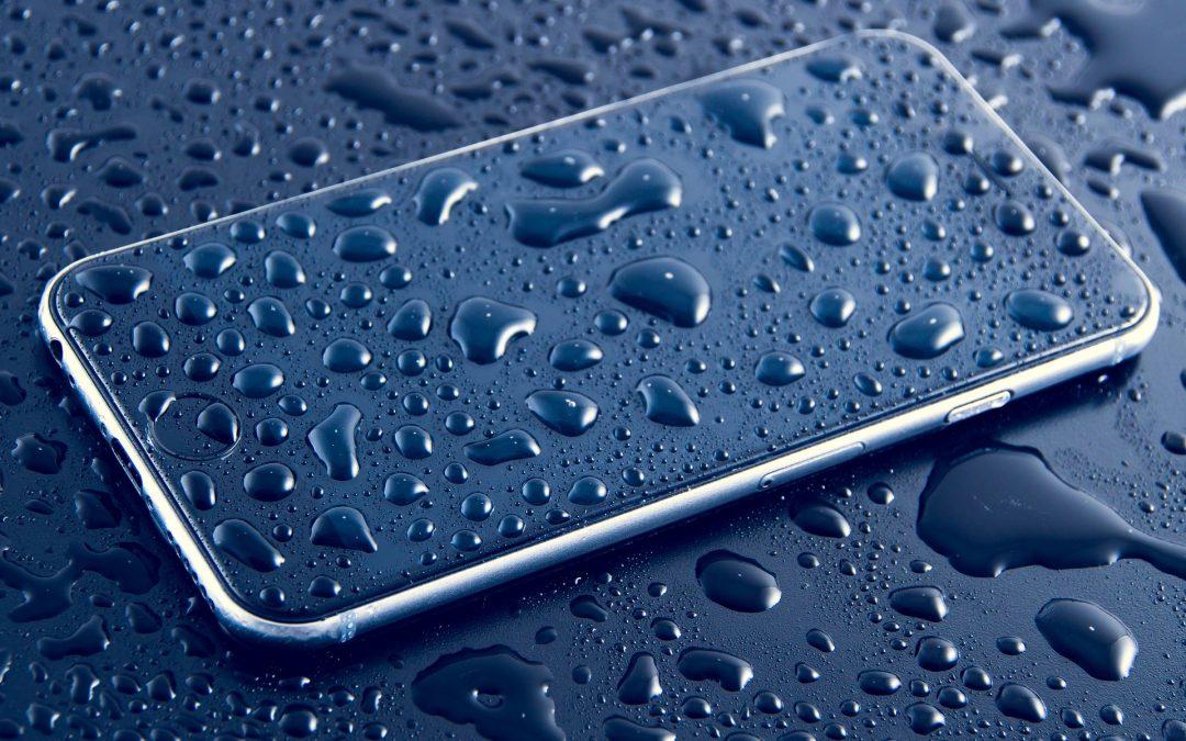 Smartphone tombé dans l'eau : que faire ?